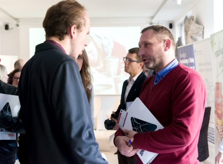 Robert Bartold z firmy Prologis rozmawia z jednym z kandydatów Giełdy Mocy