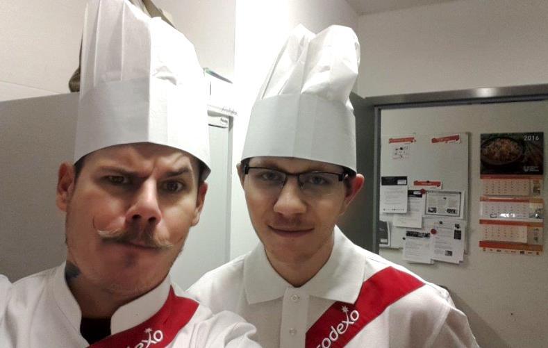 Pan Michał w pierwszym dniu pracy wraz ze swoim trenerem Panem Kamilem w restauracji Sodexo